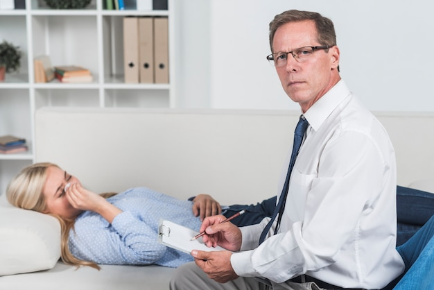 Therapist with crying patient Free Photo