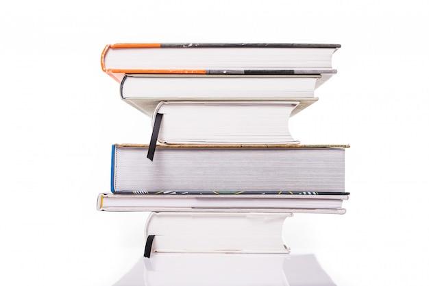 Толстые книги, изолированные на белой поверхности Бесплатные Фотографии