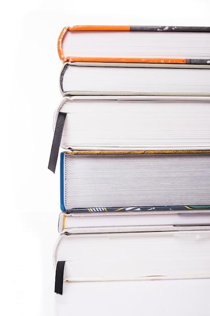 Libri spessi isolati su una superficie bianca Foto Gratuite