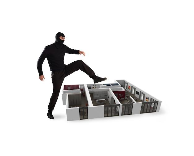Вор с балаклавой готов ограбить квартиру Premium Фотографии