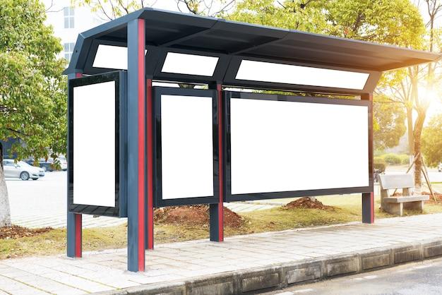Это для рекламодателей, чтобы разместить образцы рекламы на автобусной остановке Premium Фотографии