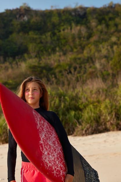 Задумчивая созерцательная женщина несет longboard Бесплатные Фотографии