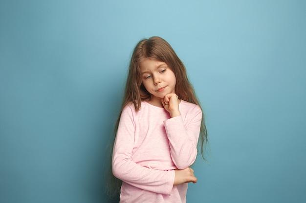 思いやりのある女の子。青の悲しい十代の少女。顔の表情と人々の感情の概念 無料写真