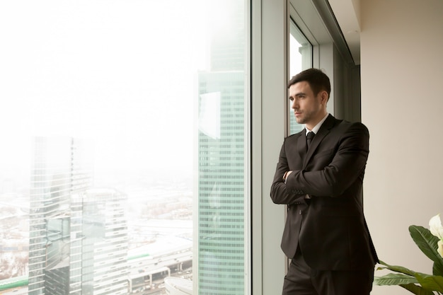 Thoughtful millennial ceo dreaming of success Free Photo