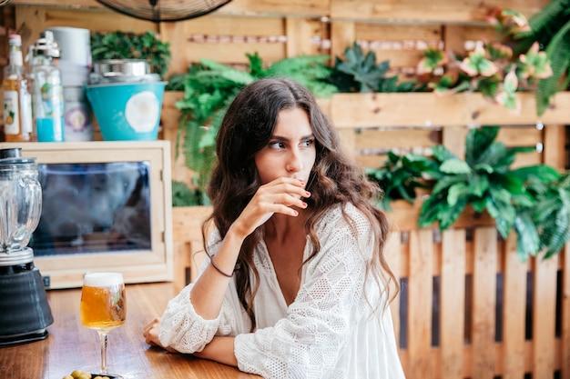 Задумчивая женщина с пивом Бесплатные Фотографии