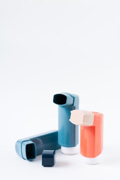 分離された白の3つの喘息吸入器。セレクティブフォーカス。 Premium写真