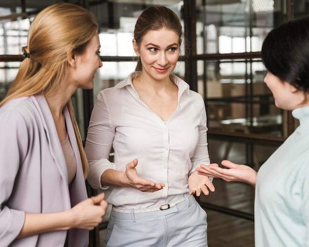 屋内で話し合う3人のビジネスウーマン 無料写真