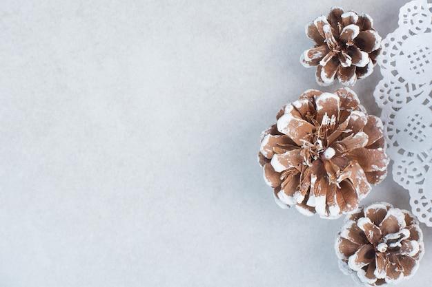 흰색 바탕에 3 개의 크리스마스 Pinecones입니다. 고품질 사진 무료 사진