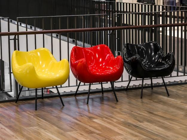 Три цветные стулья в торговом центре Premium Фотографии