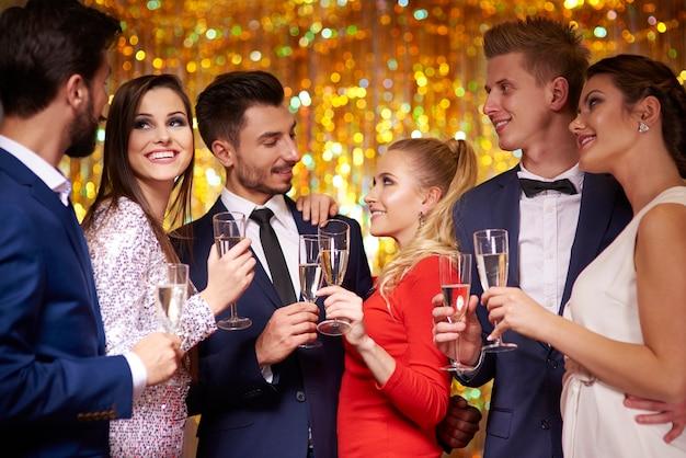Tre coppie che celebrano la festa Foto Gratuite