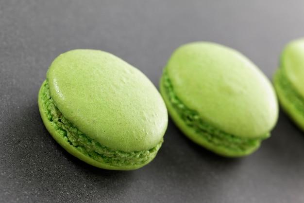 キッチンにある3つのおいしいグリーンマカロン 無料写真