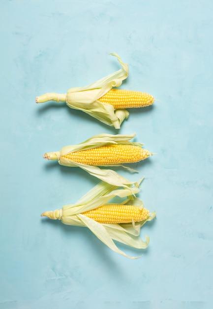 Три початка кукурузы на синей поверхности, холмистая Premium Фотографии
