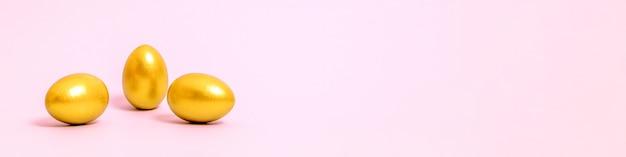 핑크 바탕에 골드 페인트로 장식 된 3 개의 부활절 달걀. 부활절, 봄에 대 한 개념입니다. 선택적 초점. 공간을 복사하십시오. 프리미엄 사진