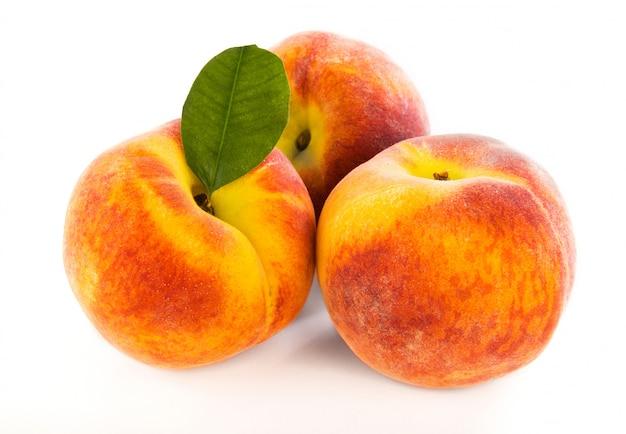 分離された3つの新鮮な桃 Premium写真