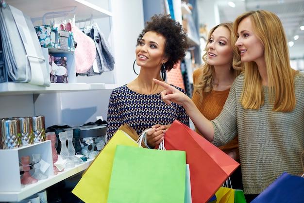 Tre ragazze nel negozio Foto Gratuite