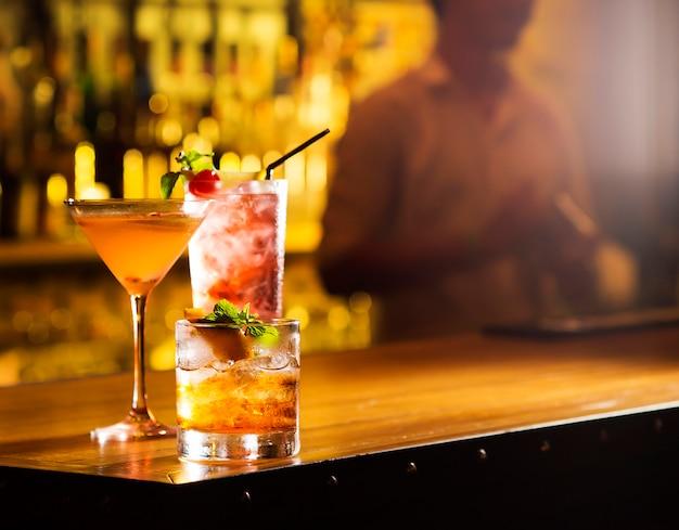 バーのテーブルにカクテルグラス3杯 Premium写真
