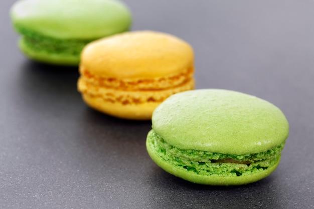 キッチンの3つの緑と黄色のマカロン 無料写真