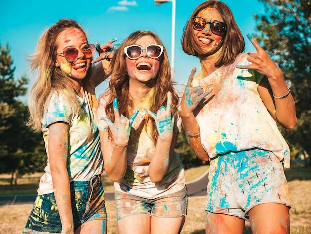 ホーリー色祭でパーティーを作る3人の幸せな美しい女の子 無料写真