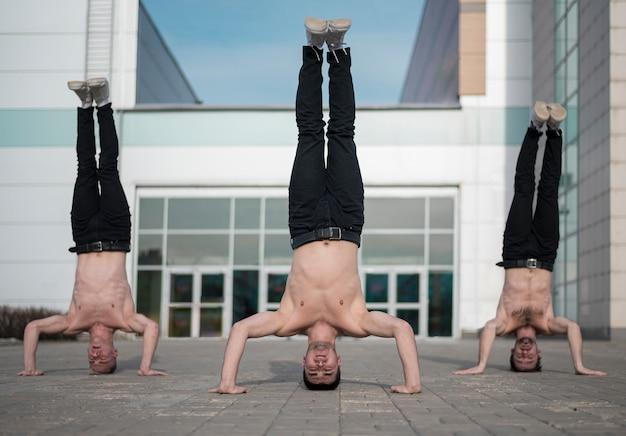Три хип-хоп артиста стоят на голове Бесплатные Фотографии