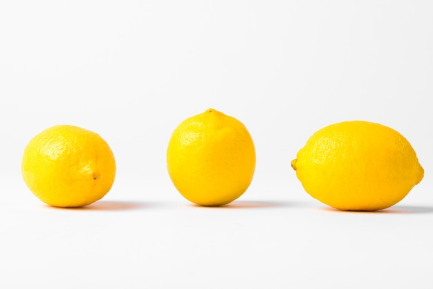 절연 행에 3 개의 레몬 프리미엄 사진