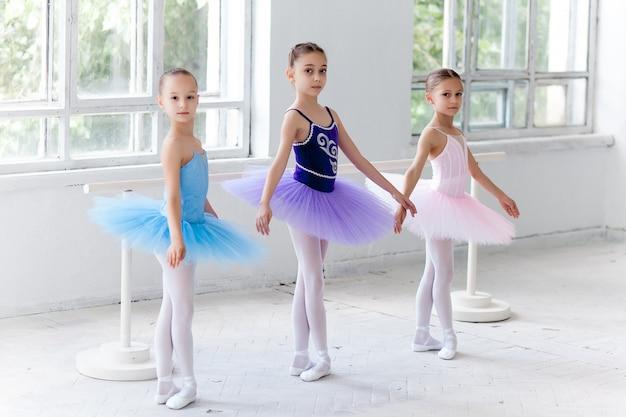 チュチュと一緒にポーズの3つの小さなバレエ少女 無料写真