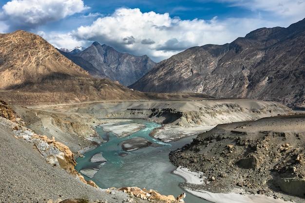 Смотровая площадка трех горных хребтов пакистан Premium Фотографии