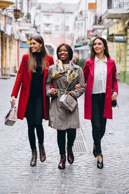 Три многокультурных женщины на улице Бесплатные Фотографии