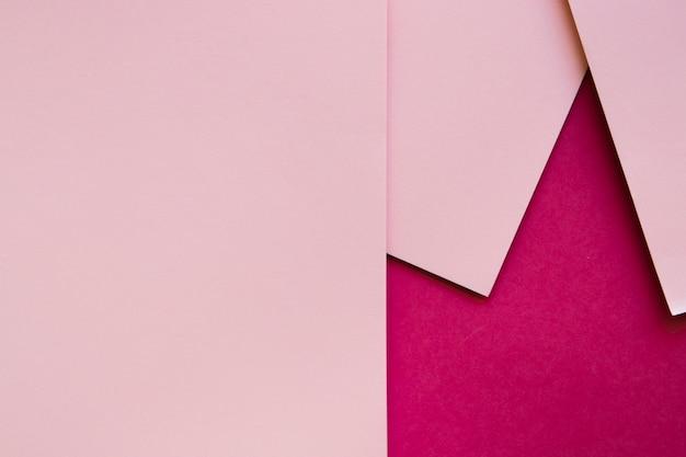 Tre carte di cartone rosa sulla superficie color magenta Foto Gratuite