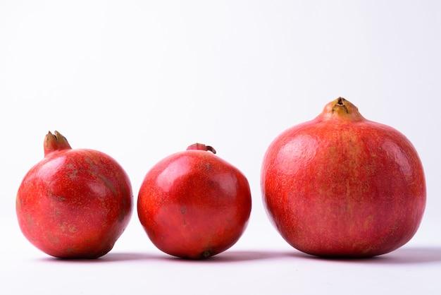 절연 행에 3 개의 석류 프리미엄 사진
