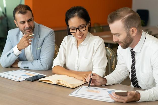 책상에 문서 작업 세 긍정적 인 사업 사람들 무료 사진