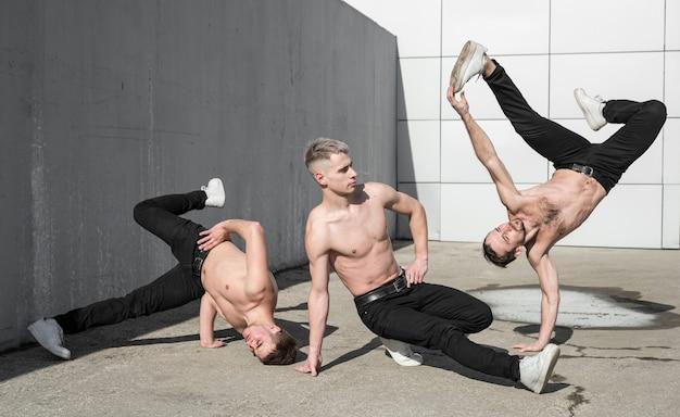Три танцора хип-хопа без рубашки снаружи Бесплатные Фотографии