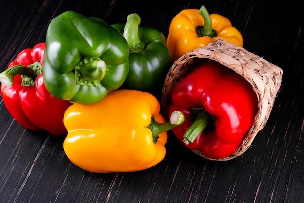 木製のテーブルに3つのピーマン、野菜サラダを調理 Premium写真