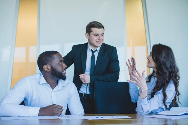 Three talking associates Free Photo