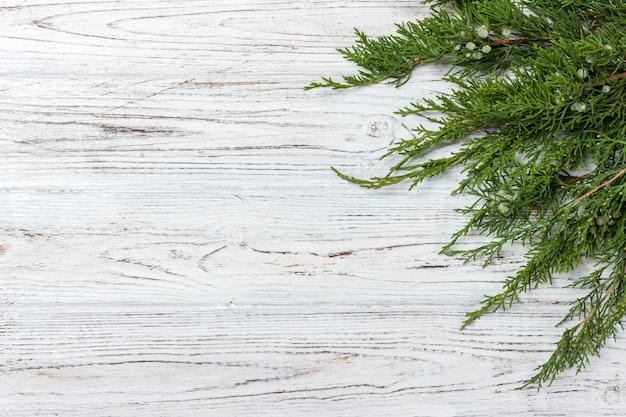 素朴な木製の背景に緑のthuja枝 Premium写真