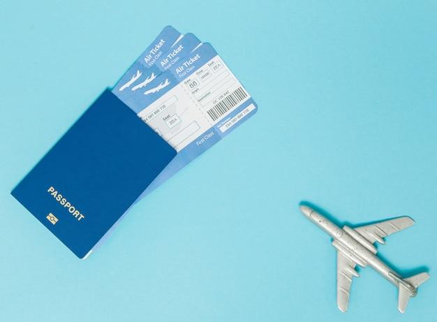 비행기와 여권 티켓 프리미엄 사진
