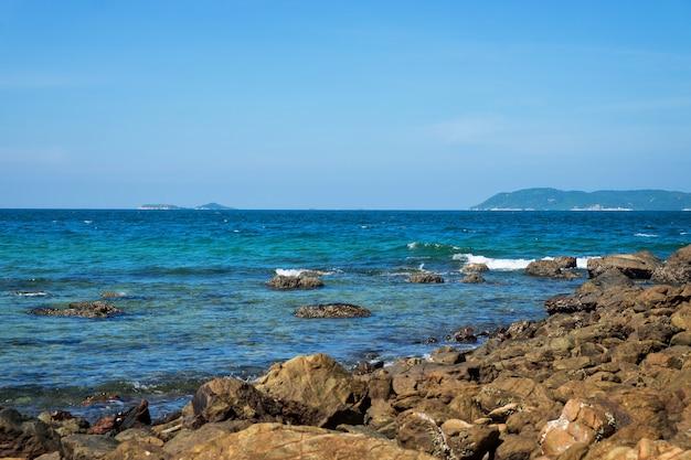Tien beach at koh larn off the coast of pattaya island in thailand. Premium Photo