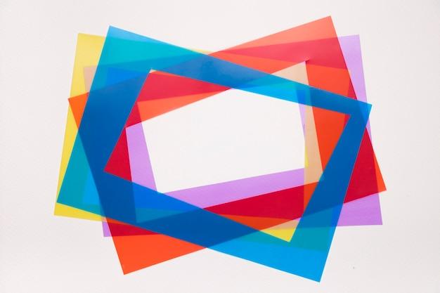 ボーダーを赤に傾けます。青;白い背景に分離された紫と黄色のフレーム 無料写真