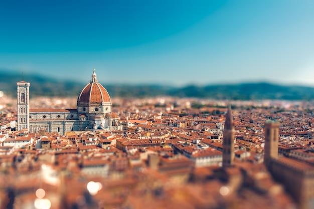 美しいイタリアの町フィレンツェのティルトシフトミニチュア効果、そのシンボルサンタマリアデルフィオーレに焦点を当て、上から古い屋根の上面図 Premium写真