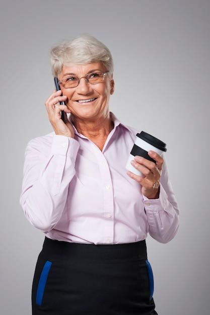 コーヒーと携帯電話での会話の時間 無料写真