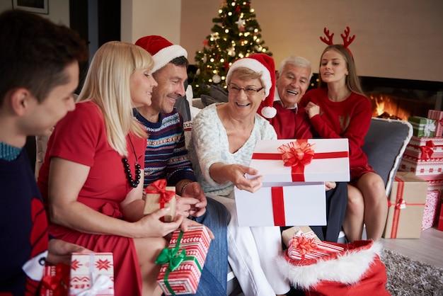 クリスマスプレゼントを開く時間 無料写真