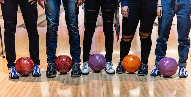 Tempo con gli amici in una pista da bowling Foto Gratuite