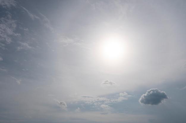 空の小さな雲と太陽 無料写真