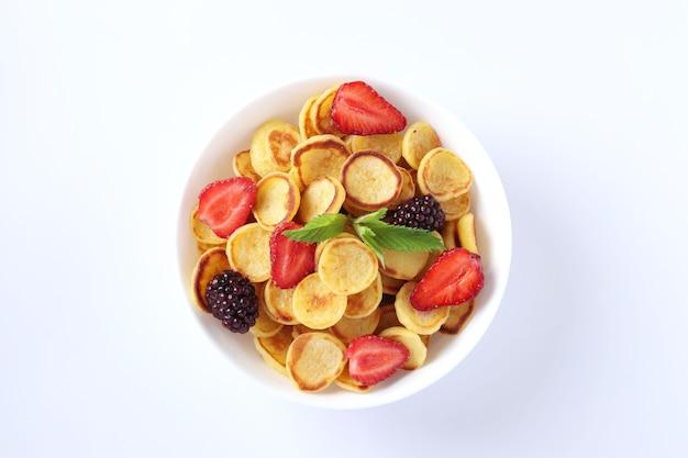 イチゴ、ブラックベリー、ミントの朝食用の小さなパンケーキ Premium写真