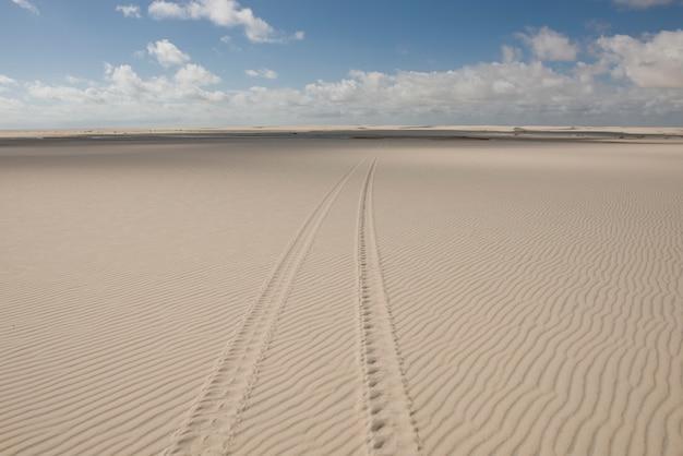 Следы шин в lencois maranhenses dunes, в атинс, мараньян, бразилия Premium Фотографии