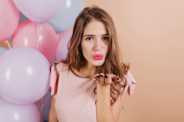 공기 키스를 보내는 피곤 된 매력적인 여자 무료 사진