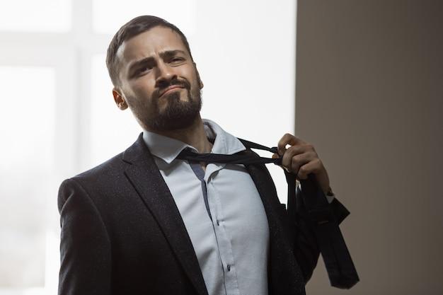 Утомленный бизнесмен после работы Premium Фотографии