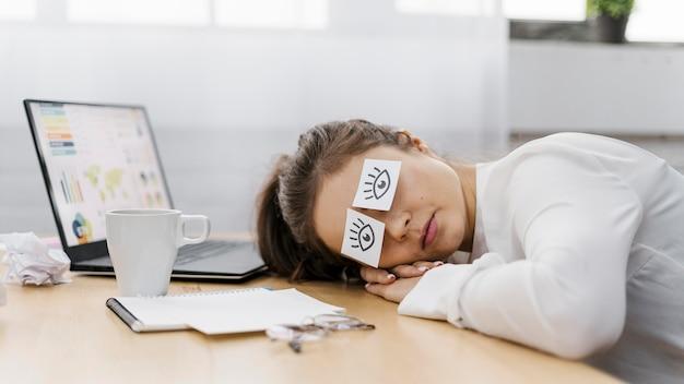 종이에 그려진 눈으로 그녀의 눈을 덮고 피곤 된 사업가 무료 사진