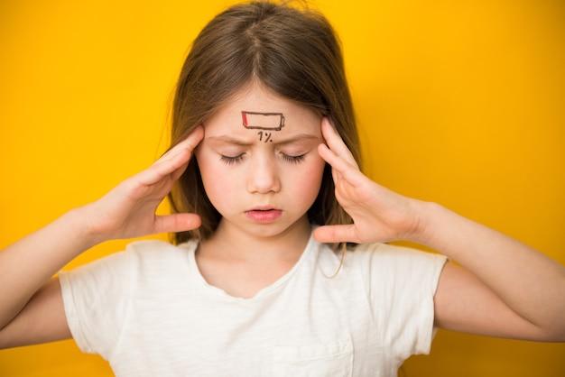 Усталая девочка с низким значком заряда, концепцией стресса и усталости Premium Фотографии