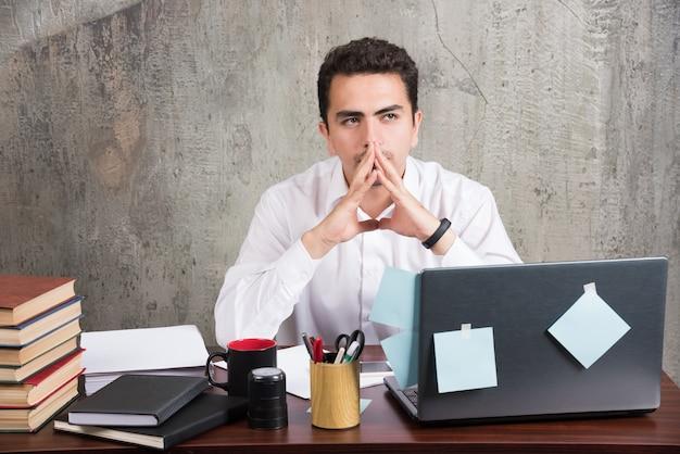 Impiegato stanco che pensa al lavoro alla scrivania. Foto Gratuite