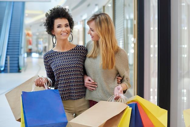 Stanchi ma felici dopo una lunga giornata di shopping Foto Gratuite